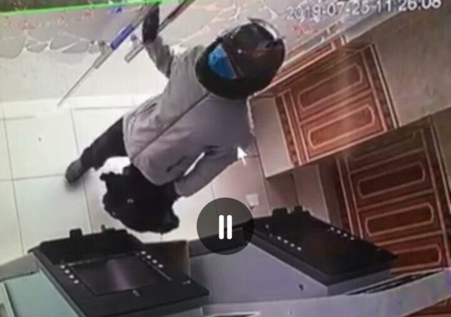 Đối tượng táo tợn cầm súng xông vào cướp ngân hàng - 2