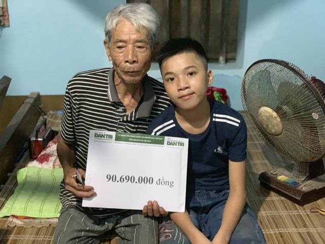 Cậu bé lớp 8 tươi rói nhận số tiền hơn 90 triệu đồng của bạn đọc Dân trí - 2