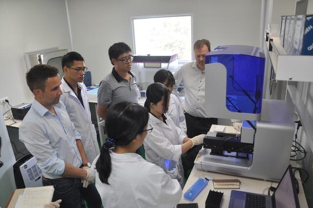 Chuyên gia Đức hướng dẫn vận hành thiết bị ở Trung tâm Giám định ADN