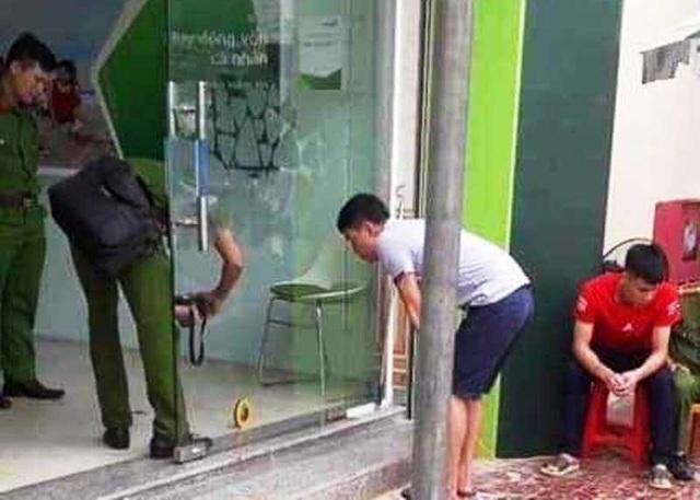 Đối tượng táo tợn cầm súng xông vào cướp ngân hàng - 3