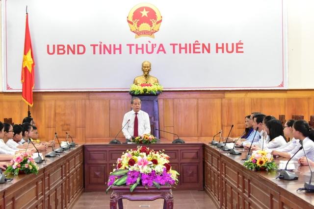 Lần đầu tiên Chủ tịch tỉnh gặp mặt, tặng bằng khen cho học sinh đạt thành tích cao trong các kỳ thi - 2