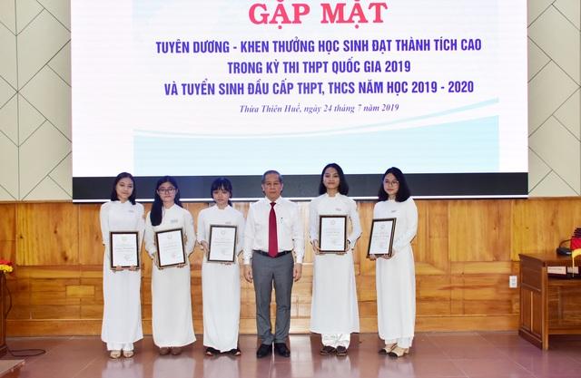 Lần đầu tiên Chủ tịch tỉnh gặp mặt, tặng bằng khen cho học sinh đạt thành tích cao trong các kỳ thi - 3