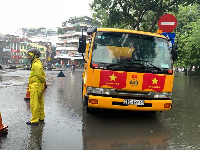 Hà Nội: Nhiều tuyến phố ngập sâu, người dân bì bõm dắt xe máy lội nước - 4