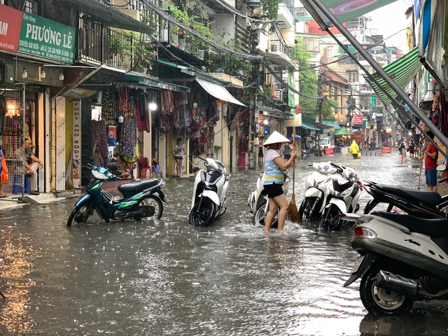 Hà Nội: Nhiều tuyến phố ngập sâu, người dân bì bõm dắt xe máy lội nước - 5