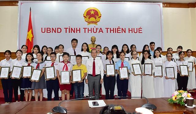 Lần đầu tiên Chủ tịch tỉnh gặp mặt, tặng bằng khen cho học sinh đạt thành tích cao trong các kỳ thi - 1