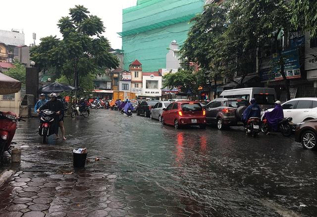Hà Nội: Nhiều tuyến phố ngập sâu, người dân bì bõm dắt xe máy lội nước - 6