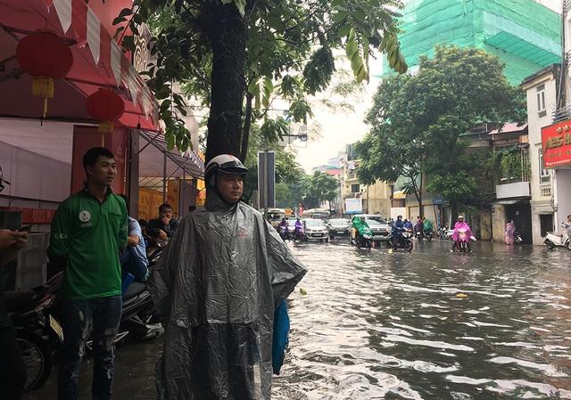 Hà Nội: Nhiều tuyến phố ngập sâu, người dân bì bõm dắt xe máy lội nước - 11