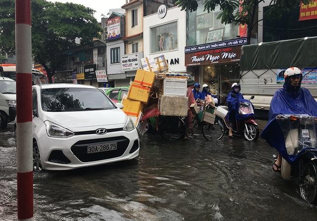 Hà Nội: Nhiều tuyến phố ngập sâu, người dân bì bõm dắt xe máy lội nước - 12