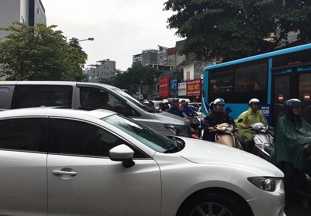 Hà Nội: Nhiều tuyến phố ngập sâu, người dân bì bõm dắt xe máy lội nước - 14