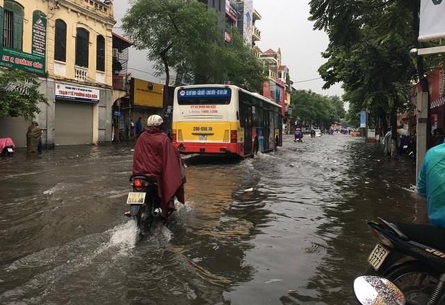 Hà Nội: Nhiều tuyến phố ngập sâu, người dân bì bõm dắt xe máy lội nước - 7
