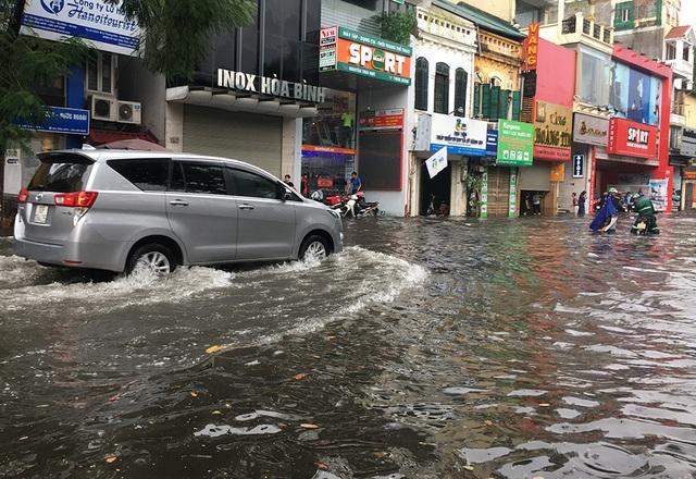 Hà Nội: Nhiều tuyến phố ngập sâu, người dân bì bõm dắt xe máy lội nước - 9