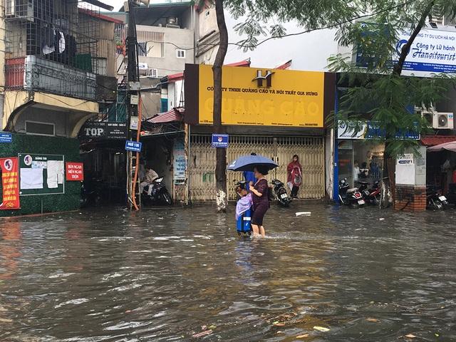 Hà Nội: Nhiều tuyến phố ngập sâu, người dân bì bõm dắt xe máy lội nước - 13