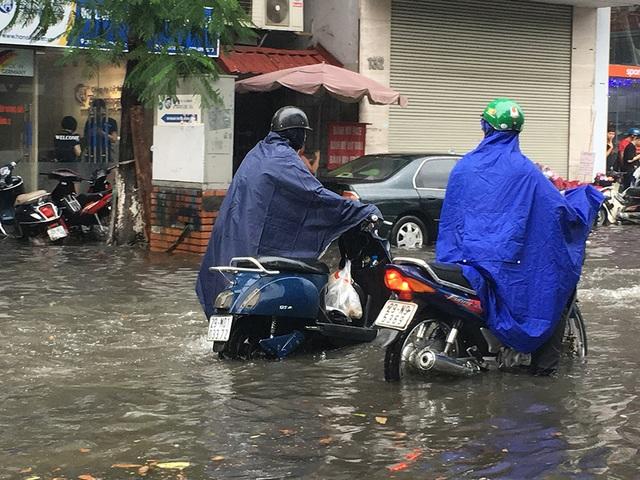 Hà Nội: Nhiều tuyến phố ngập sâu, người dân bì bõm dắt xe máy lội nước - 8