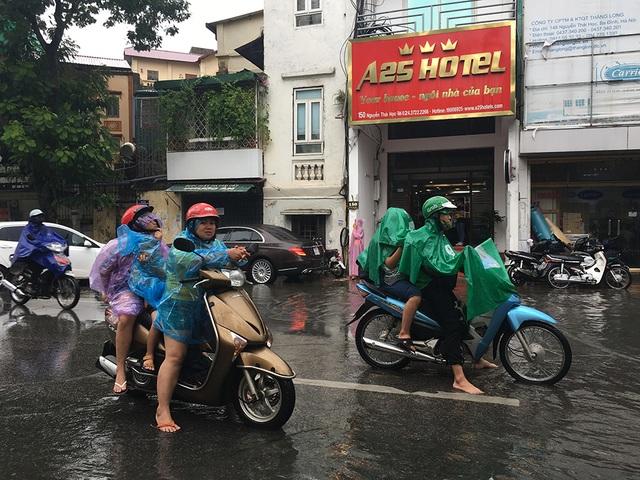 Hà Nội: Nhiều tuyến phố ngập sâu, người dân bì bõm dắt xe máy lội nước - 10