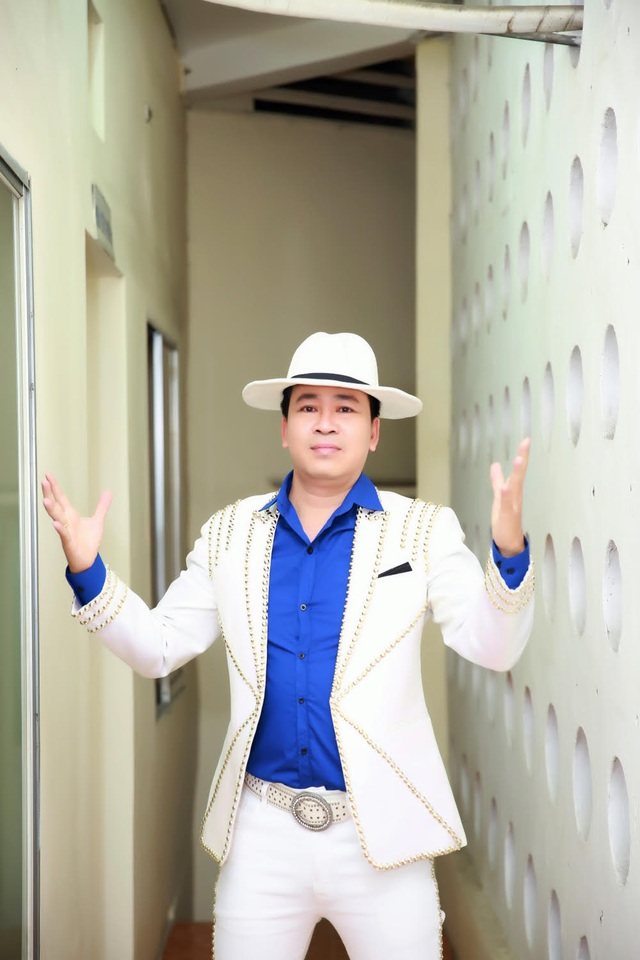 Michael Lang tặng quà cho sinh viên Đại học Nha Trang - 2