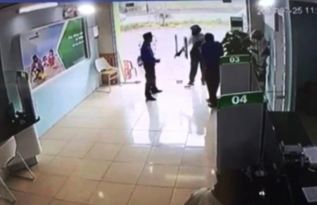 Xem lại giây phút bảo vệ ngân hàng đối mặt với kẻ dùng súng chĩa thẳng vào người - 1