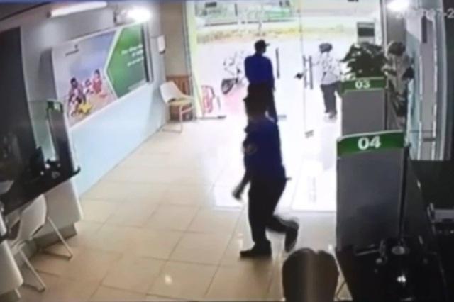 Xem lại giây phút bảo vệ ngân hàng đối mặt với kẻ dùng súng chĩa thẳng vào người - 3