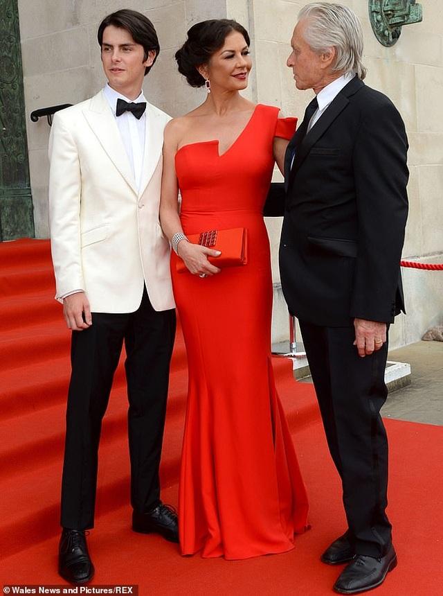 Catherine Zeta Jones quyến rũ dự sự kiện cùng chồng con - 2