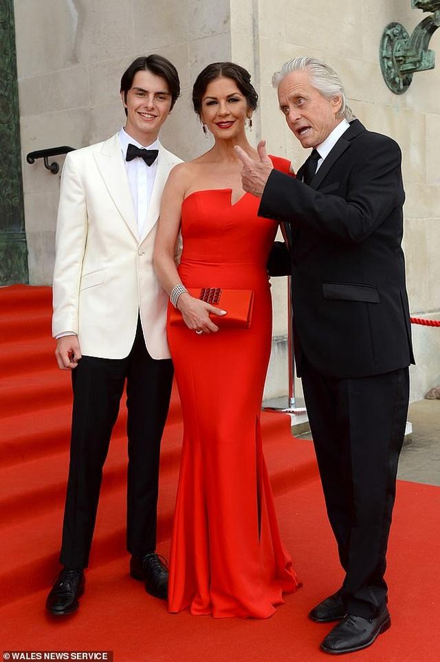 Catherine Zeta Jones quyến rũ dự sự kiện cùng chồng con - 3