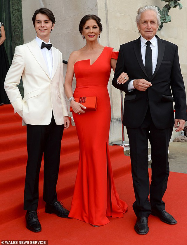 Catherine Zeta Jones quyến rũ dự sự kiện cùng chồng con - 6