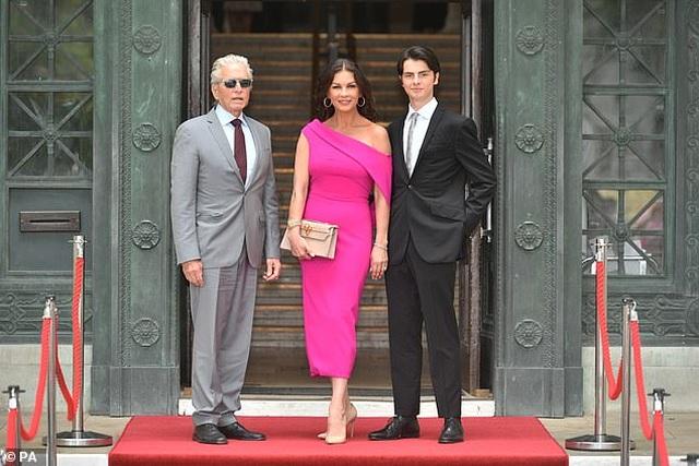 Catherine Zeta Jones quyến rũ dự sự kiện cùng chồng con - 1