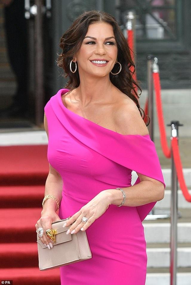 Catherine Zeta Jones quyến rũ dự sự kiện cùng chồng con - 7