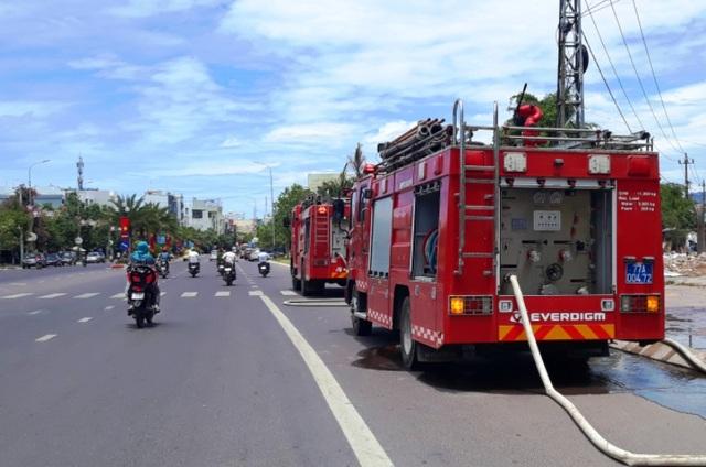 """Điều xe cứu hỏa """"giải khát"""" cho người dân vùng đại hạn - 2"""