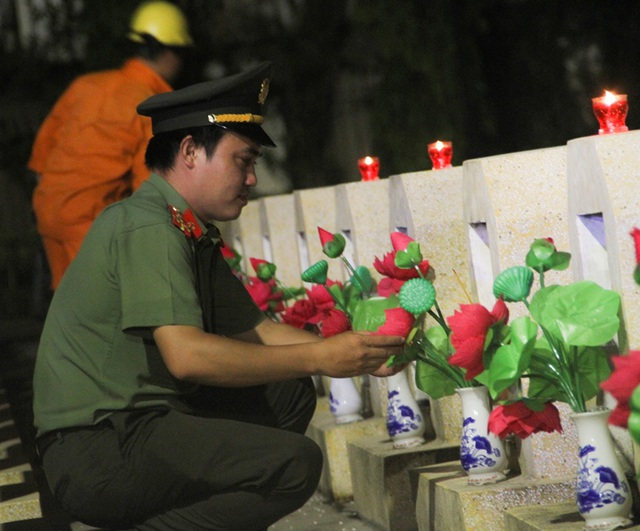 Thanh niên Bình Định thắp nến tri ân tại các nghĩa trang liệt sỹ - 8