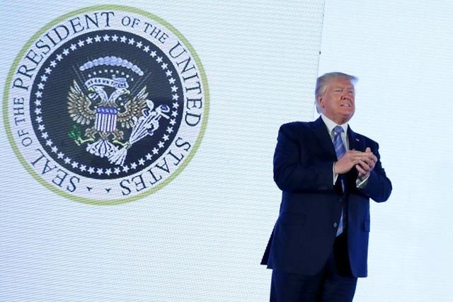 Ông Trump phát biểu trước huy hiệu tổng thống giả in hình đại bàng Nga - 1