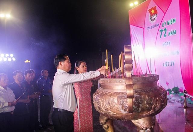 Thanh niên Bình Định thắp nến tri ân tại các nghĩa trang liệt sỹ - 2