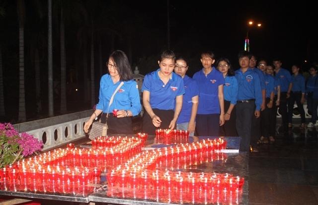 Thanh niên Bình Định thắp nến tri ân tại các nghĩa trang liệt sỹ - 1