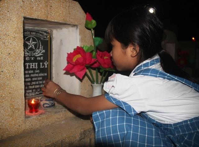 Thanh niên Bình Định thắp nến tri ân tại các nghĩa trang liệt sỹ - 6