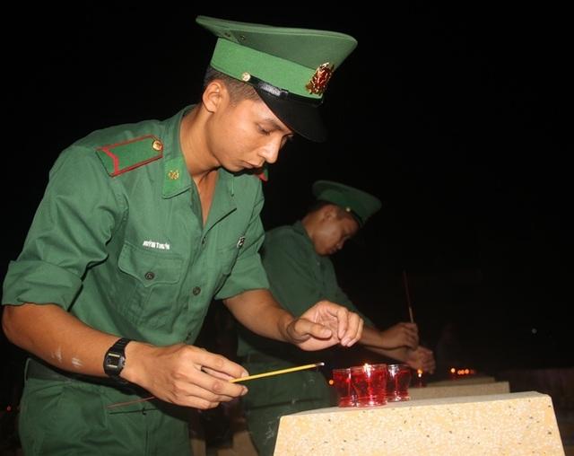 Thanh niên Bình Định thắp nến tri ân tại các nghĩa trang liệt sỹ - 7