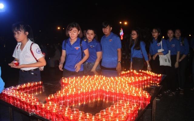 Thanh niên Bình Định thắp nến tri ân tại các nghĩa trang liệt sỹ - 5