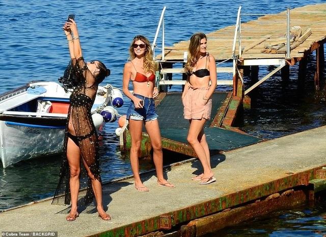 Alessandra Ambrosio tận hưởng mùa hè tại Ý - 6
