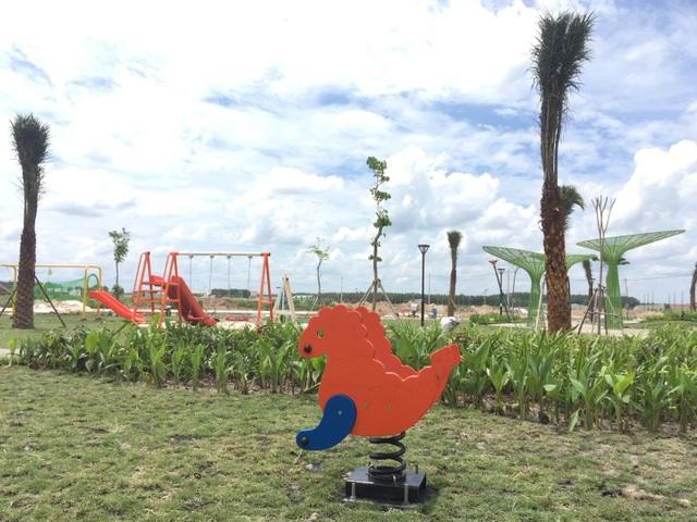 4 công viên chức năng đang được gấp rút hoàn thiện, những mảng xanh dần xuất hiện, khu vui chơi dành cho thiếu nhi đã được lắp ráp và sử dụng.