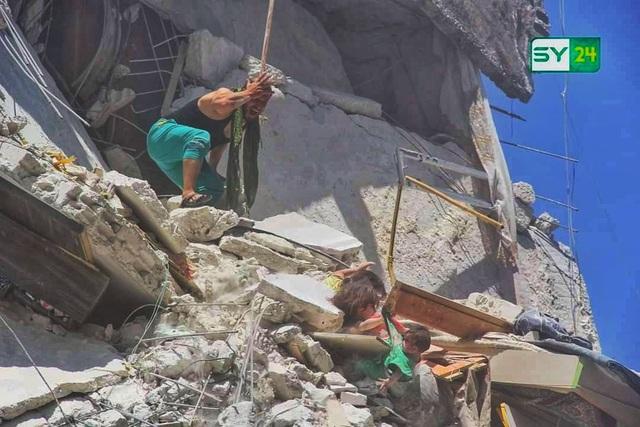 """Ảnh bé gái Syria 5 tuổi cứu em từ ngôi nhà trúng tên lửa gây """"ám ảnh"""" - 1"""