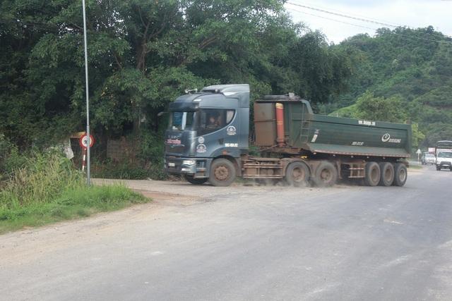 """Hàng loạt xe trọng tải lớn tiếp tục """"thách đố"""" lực lượng chức năng tại Đắk Nông - 2"""