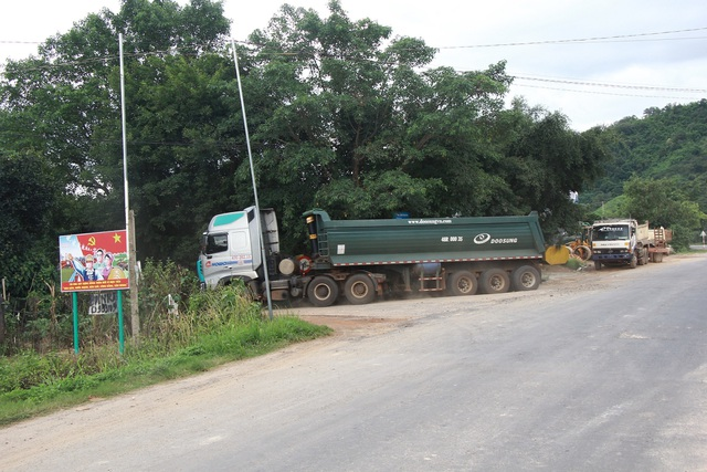 """Hàng loạt xe trọng tải lớn tiếp tục """"thách đố"""" lực lượng chức năng tại Đắk Nông - 1"""