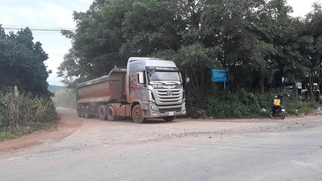 """Hàng loạt xe trọng tải lớn tiếp tục """"thách đố"""" lực lượng chức năng tại Đắk Nông - 4"""