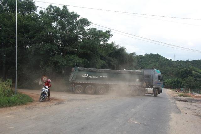 """Hàng loạt xe trọng tải lớn tiếp tục """"thách đố"""" lực lượng chức năng tại Đắk Nông - 6"""