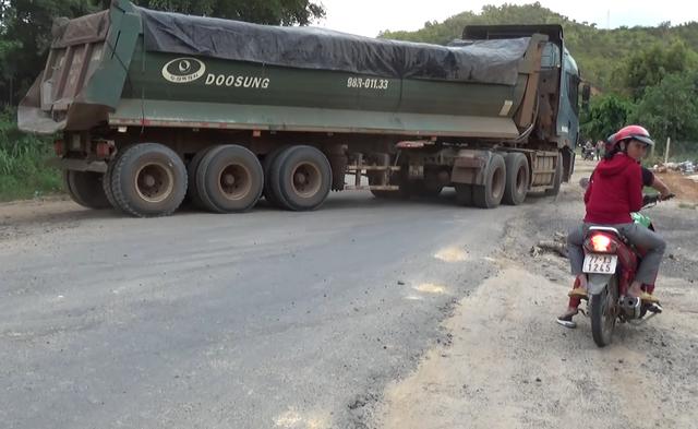 """Hàng loạt xe trọng tải lớn tiếp tục """"thách đố"""" lực lượng chức năng tại Đắk Nông - 7"""