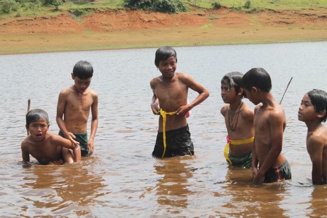 Sinh viên dạy học, dạy bơi miễn phí cho học sinh vùng cao dịp hè - 8