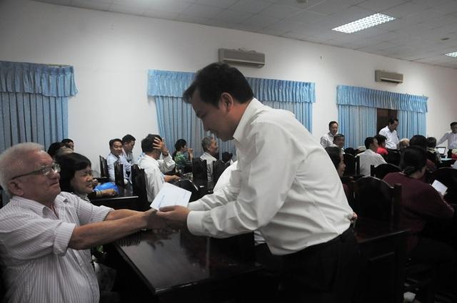 Ông Lê Quang Mạnh - Chủ tịch UBND TP Cần Thơ trao quà cho các thương binh và gia đình người có công ở quận Ninh Kiều - TP Cần Thơ