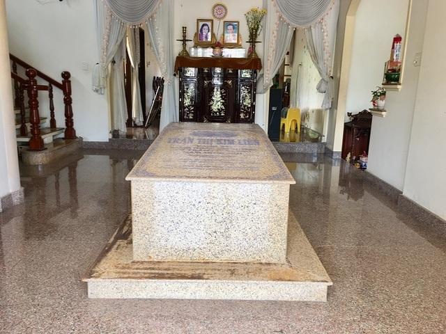 Ngôi mộ nằm giữa phòng khách trong căn biệt thự ở Bến Tre - 2