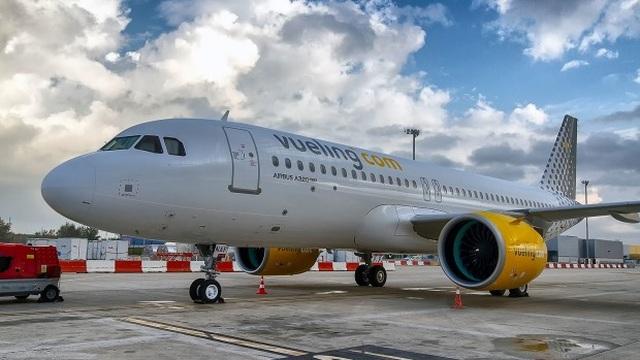 Nữ hành khách bị cấm bay khi mặc áo xẻ ngực - 3
