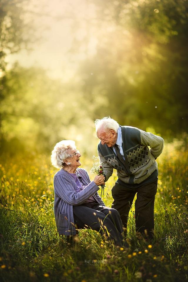 """Bộ ảnh khắc họa chân dung tình yêu của những con người """"nắm tay nhau đi suốt cuộc đời"""" - 3"""