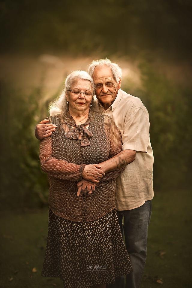 """Bộ ảnh khắc họa chân dung tình yêu của những con người """"nắm tay nhau đi suốt cuộc đời"""" - 2"""