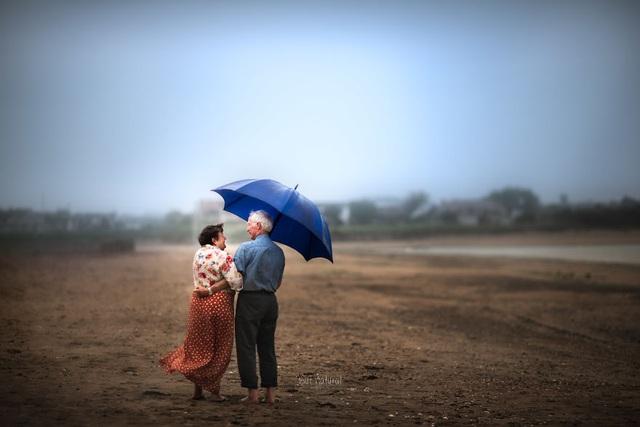 """Bộ ảnh khắc họa chân dung tình yêu của những con người """"nắm tay nhau đi suốt cuộc đời"""" - 11"""
