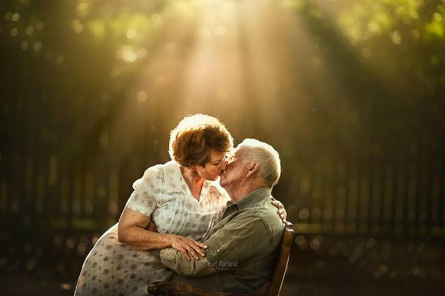 """Bộ ảnh khắc họa chân dung tình yêu của những con người """"nắm tay nhau đi suốt cuộc đời"""" - 13"""